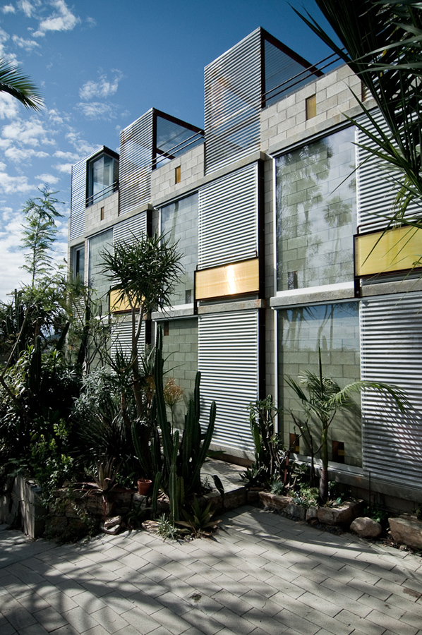 Crazy echo park house in saturday s dwell on design tours for Murder house tour los angeles